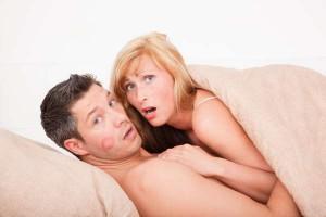 Paar wird unter der Decke überrascht